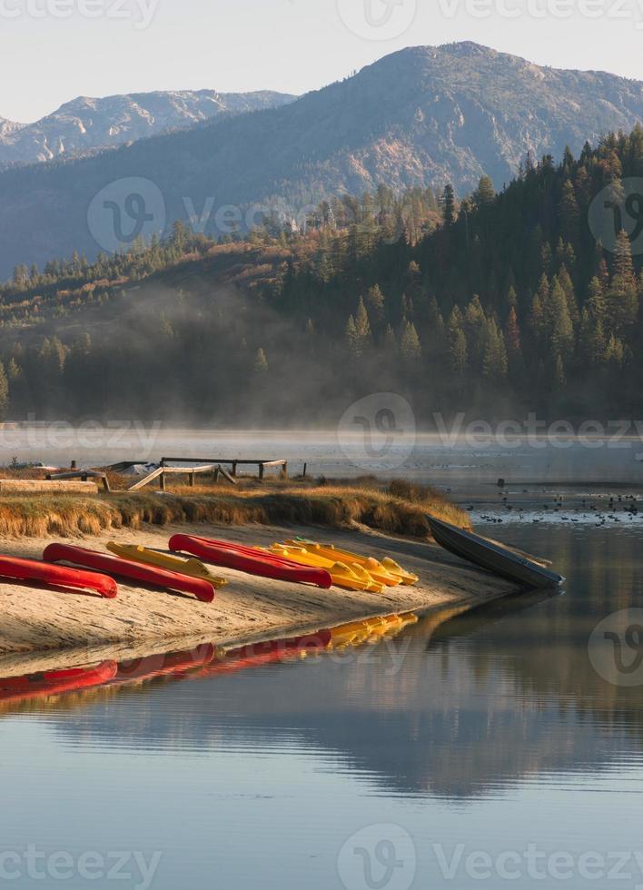 noleggio kayak barche a remi barche a remi lago incontaminato di montagna foto