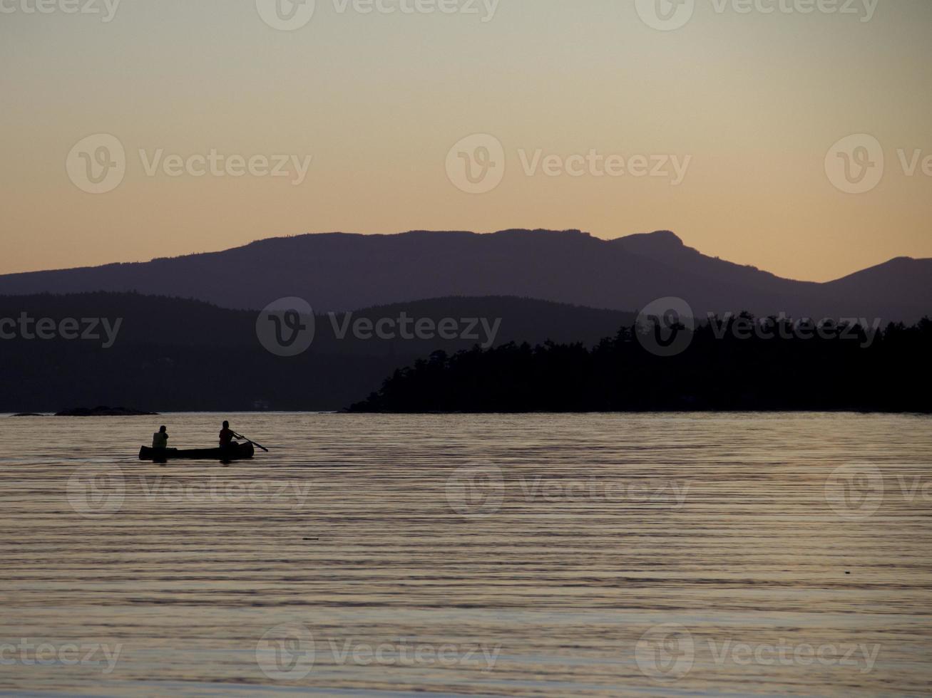 kayakisti al tramonto con cielo viola. foto