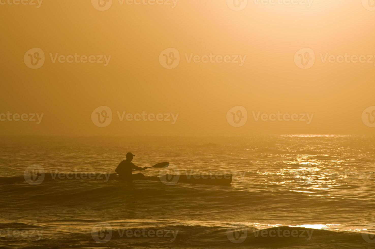 kayak sull'oceano all'alba foto
