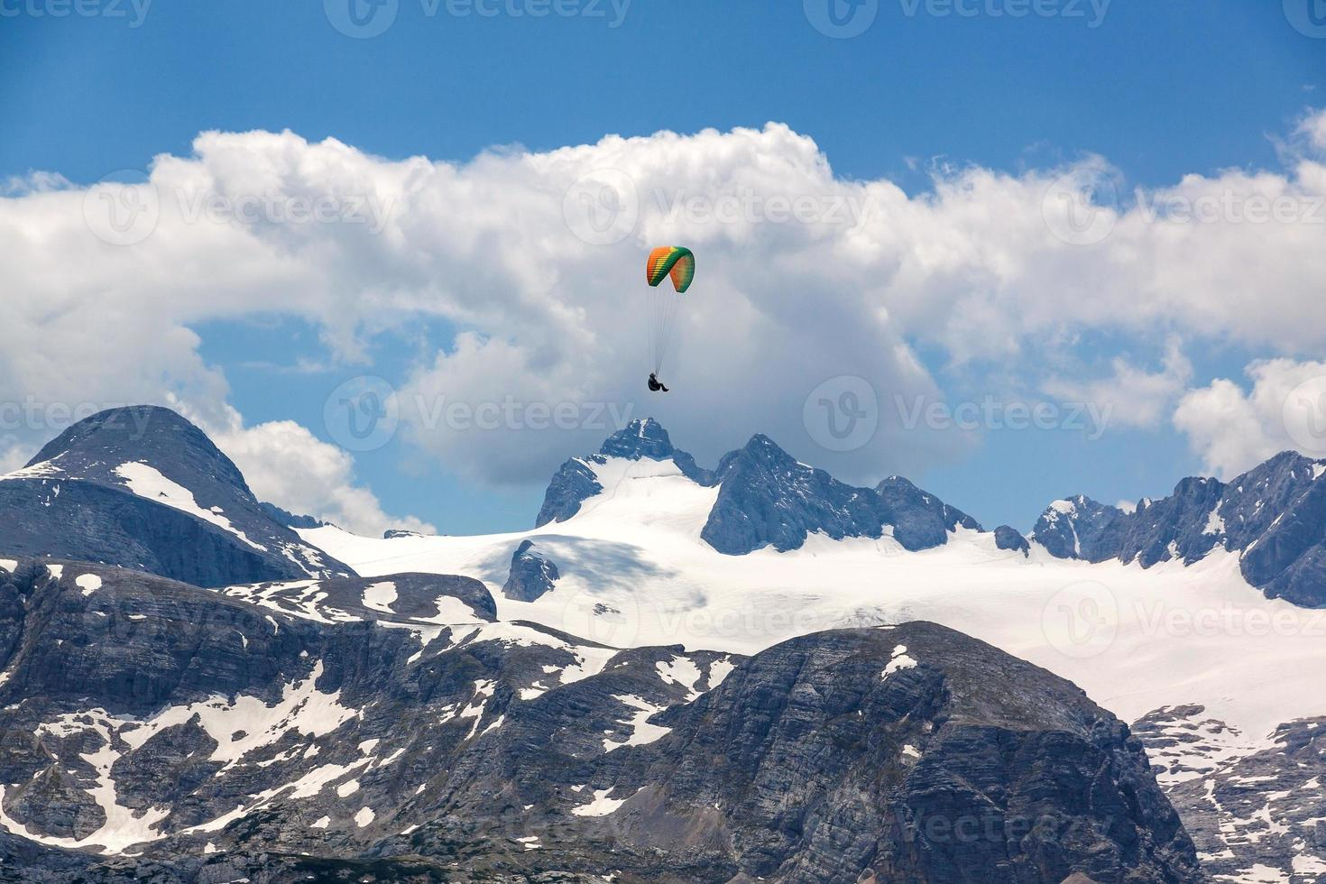 parapendio sulle montagne del dachstein foto