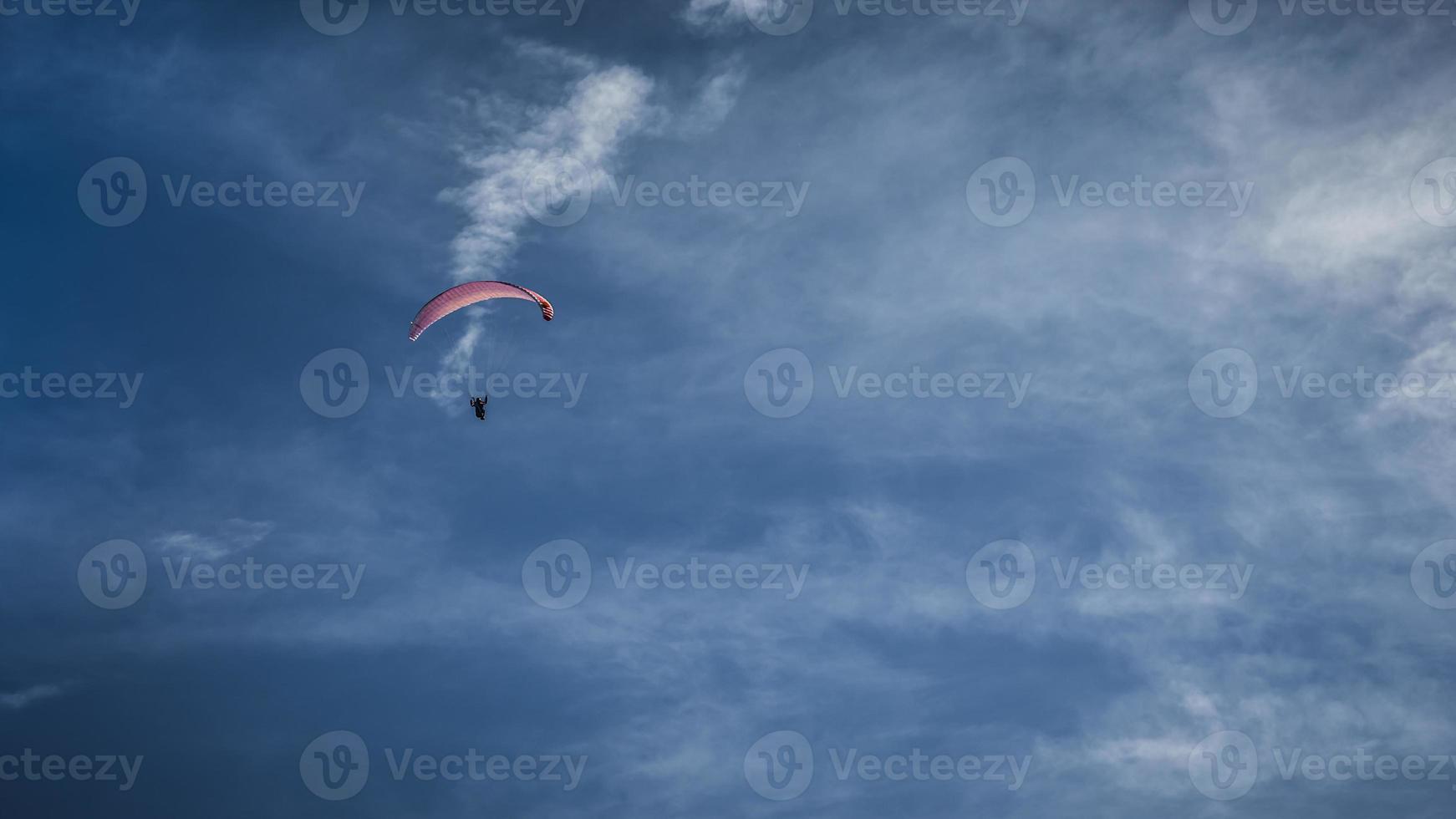 parapendio impennata nel cielo foto