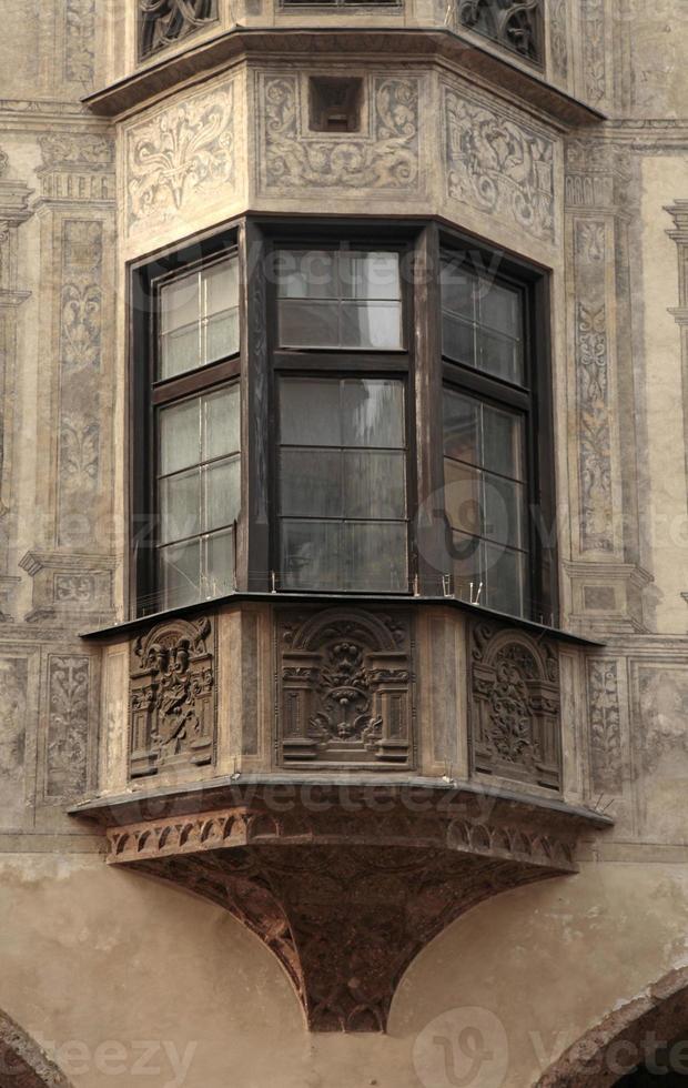 balcone medievale con affresco foto