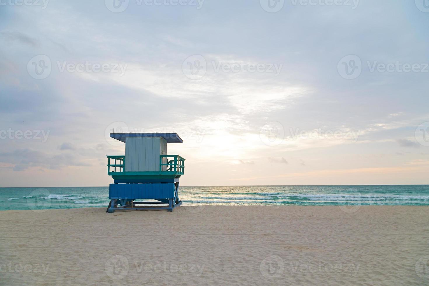 spiaggia vuota con cabina bagnino all'alba. foto