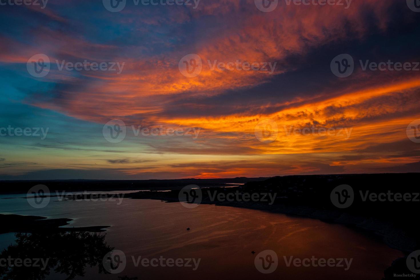 il tramonto dipinge un cielo colorato oasi a Austin, in Texas foto