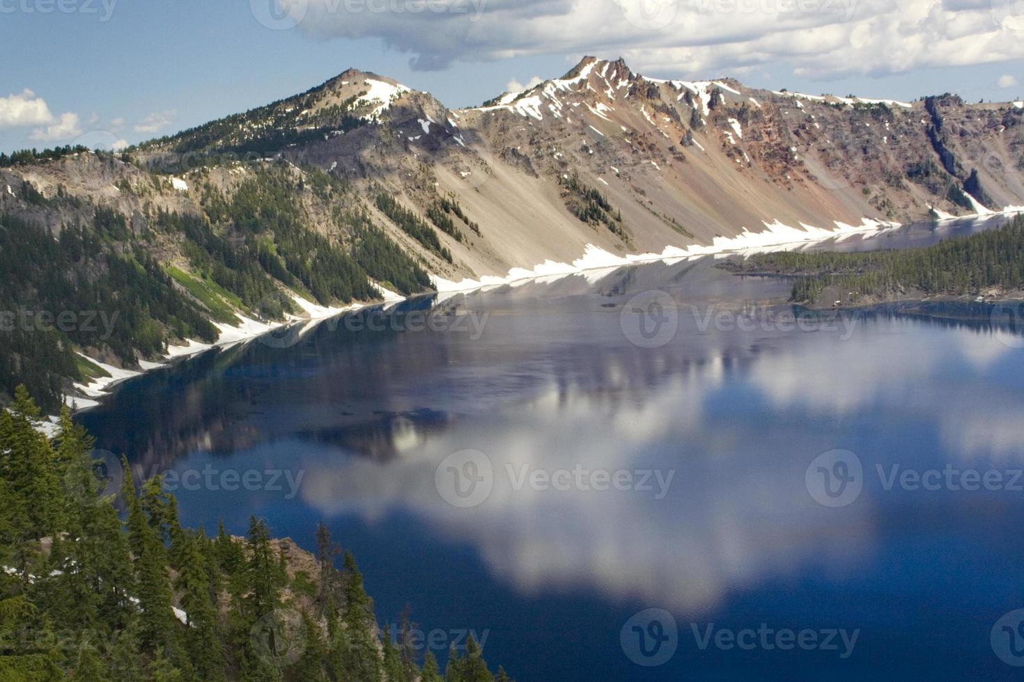 riflessi del lago cratere foto