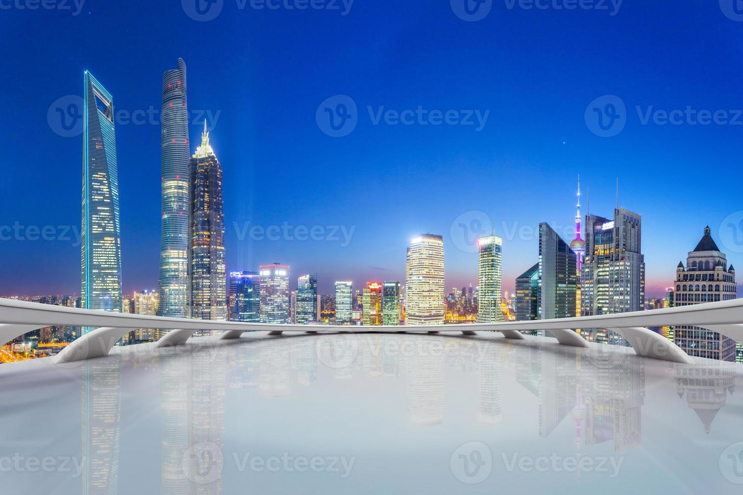 ufficio futuristico con skyline moderno foto