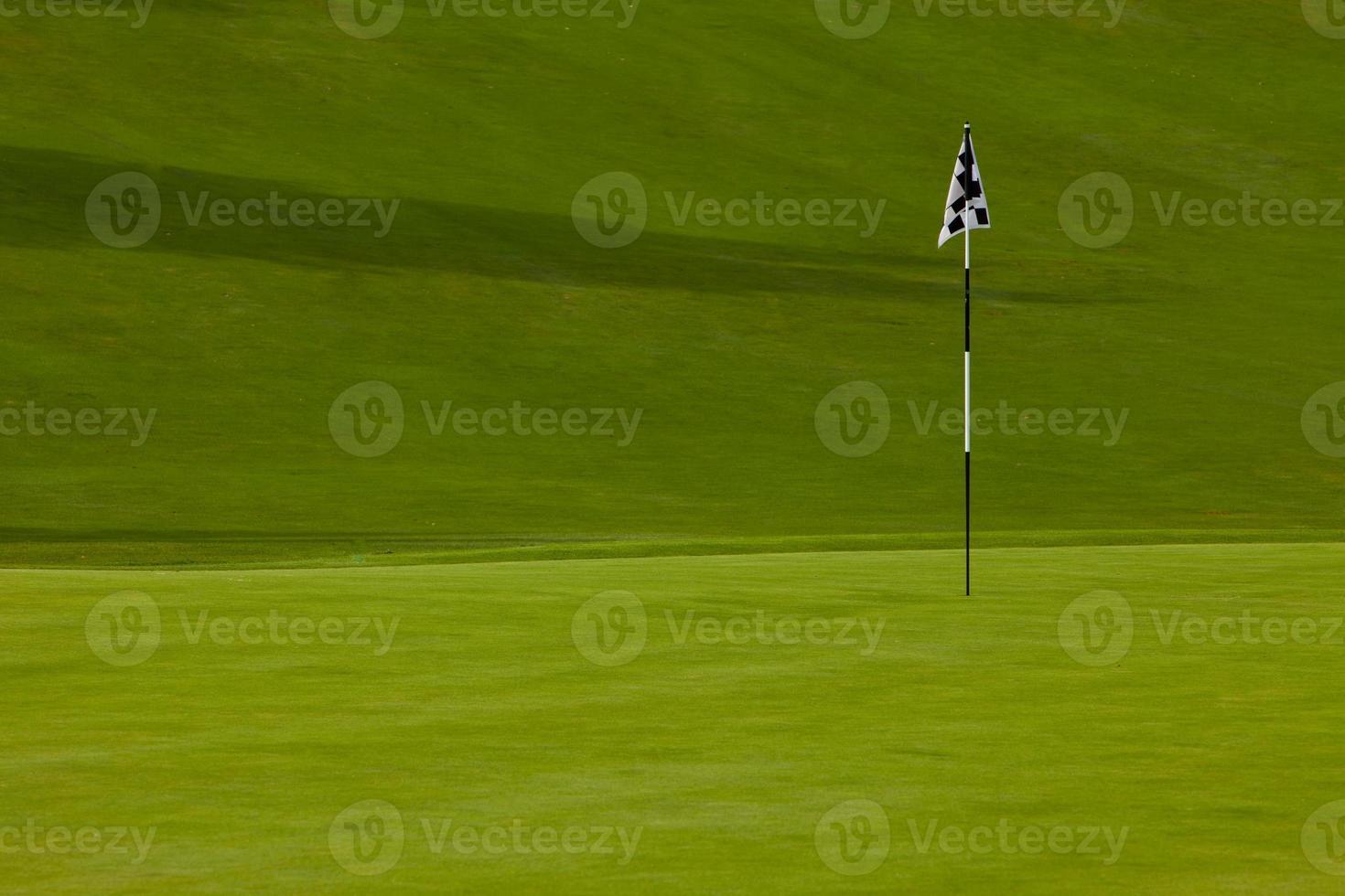 golf verde con bandiera foto