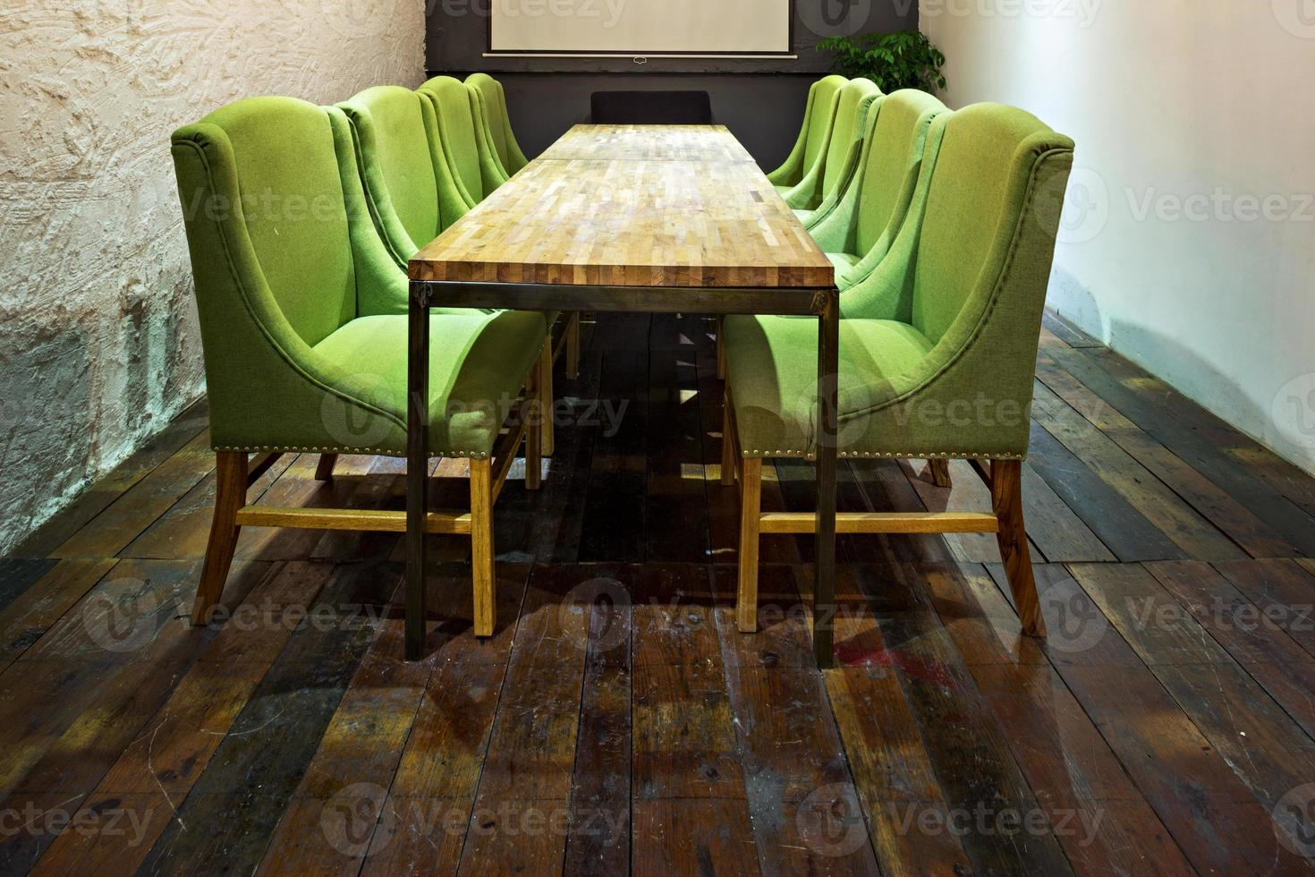 mpty sala riunioni e tavolo da conferenza foto