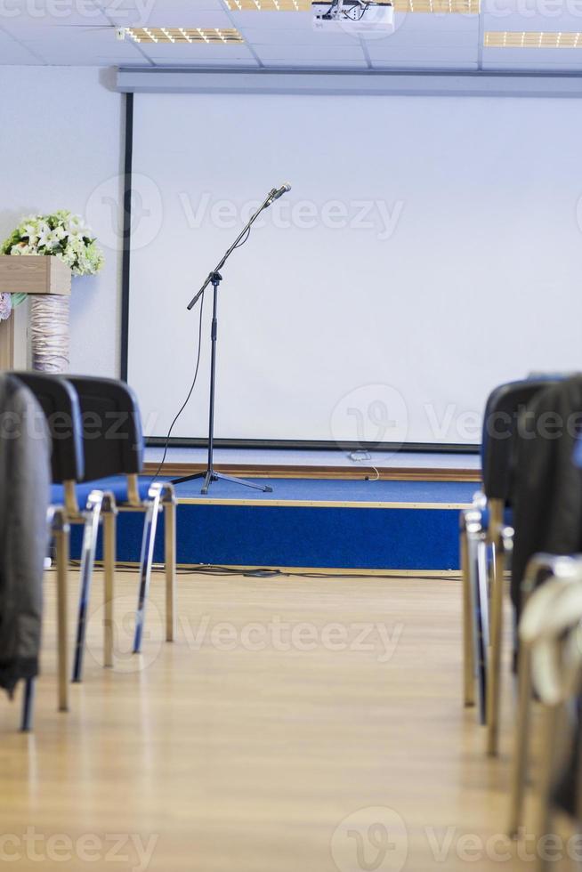 microfono su supporto di fronte all'auditorium vuoto. foto