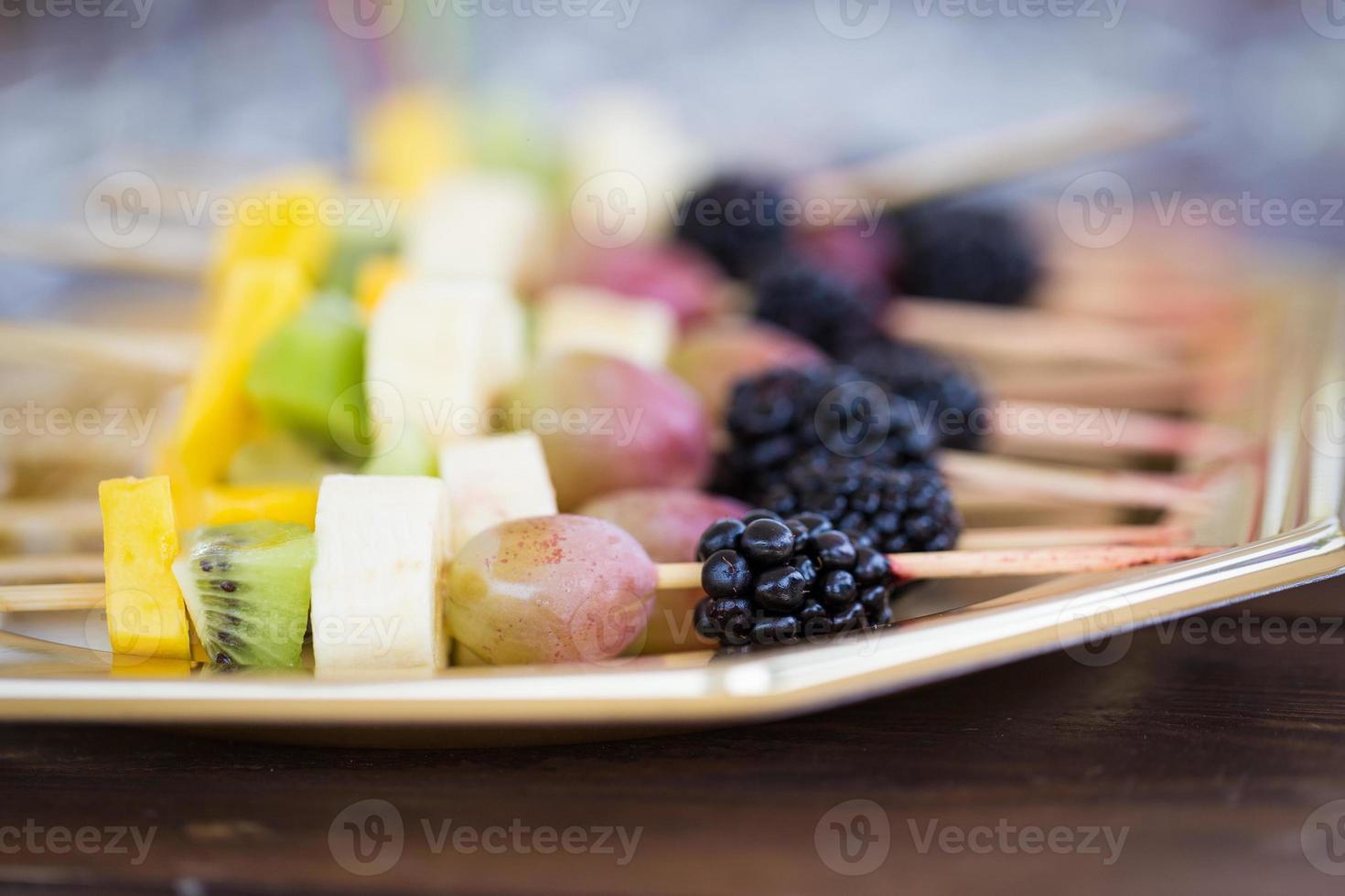 frutti su uno stecchino foto