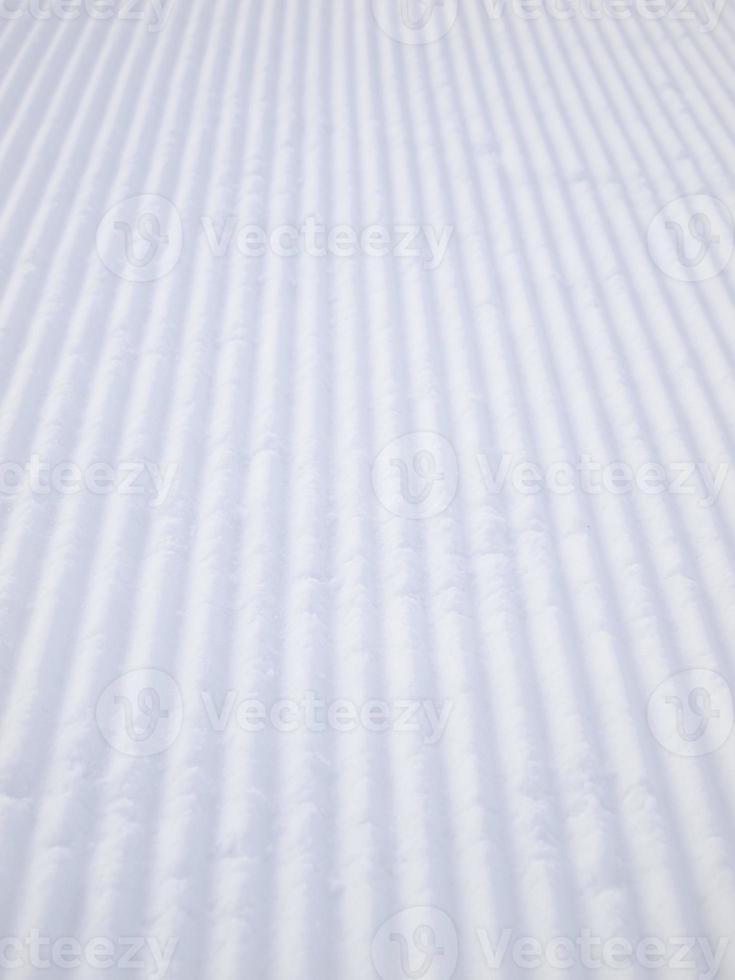 tracce del veicolo di compattazione della neve foto
