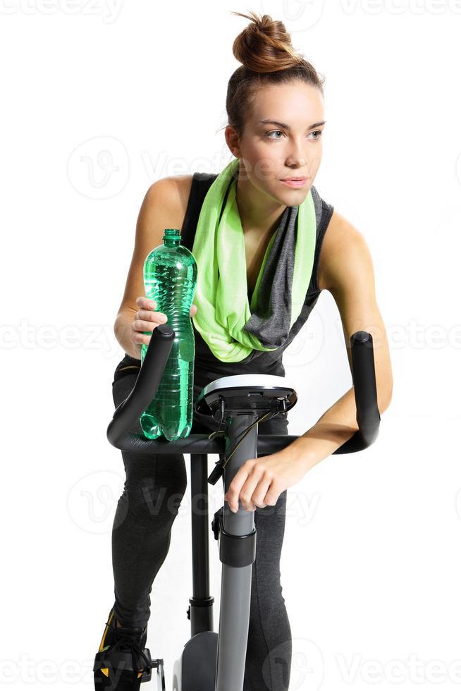 ragazza in sella a una bicicletta foto