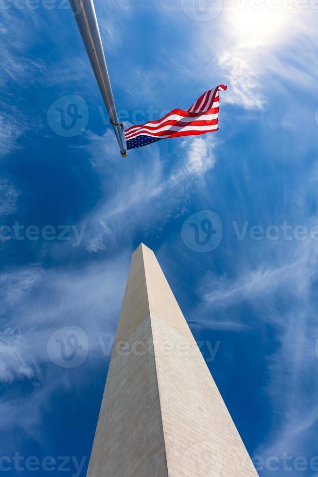 monumento a Washington e bandiere americane foto