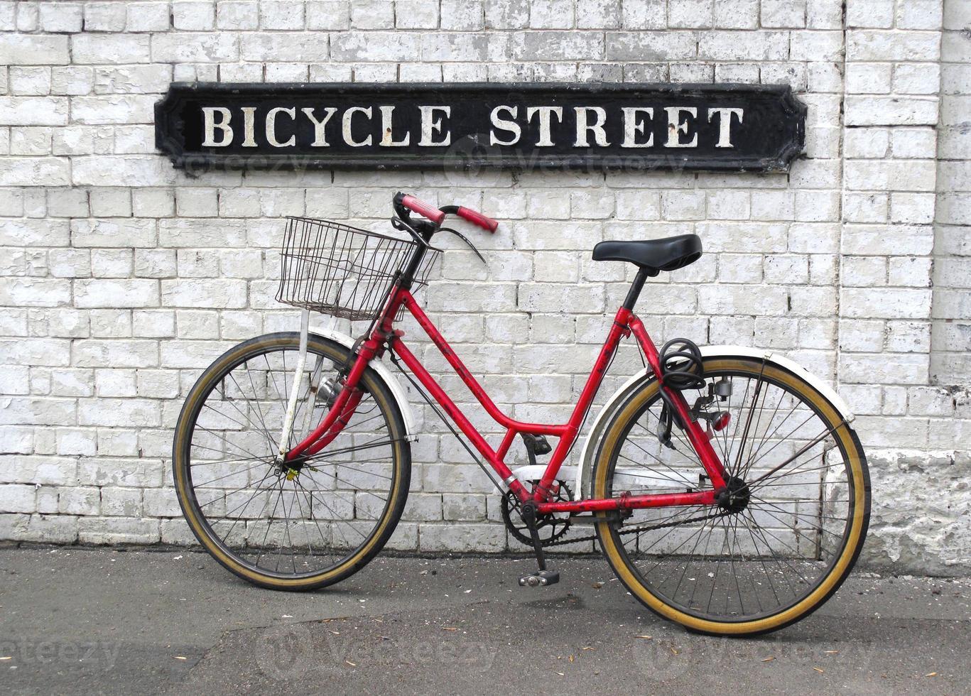 segnale stradale della bicicletta con una bicicletta foto