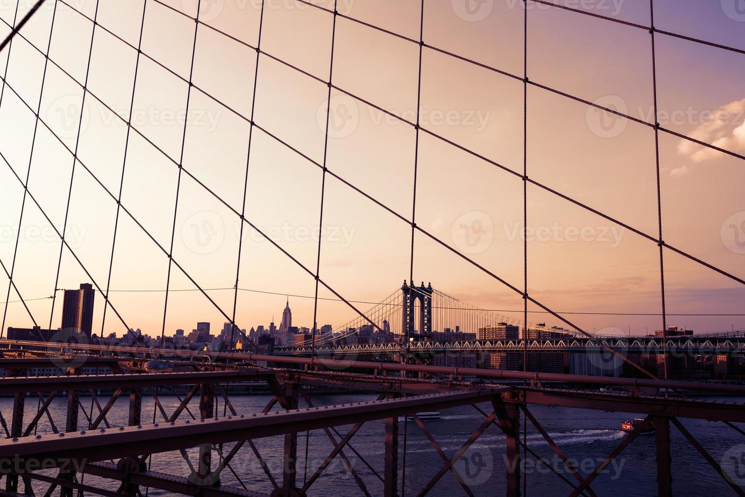 Manhattan Bridge dal ponte di Brooklyn a New York foto