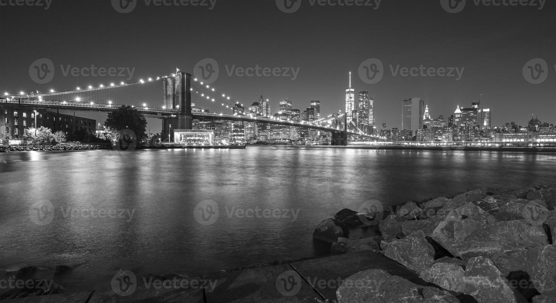 foto in bianco e nero del lungomare di manhattan di notte.