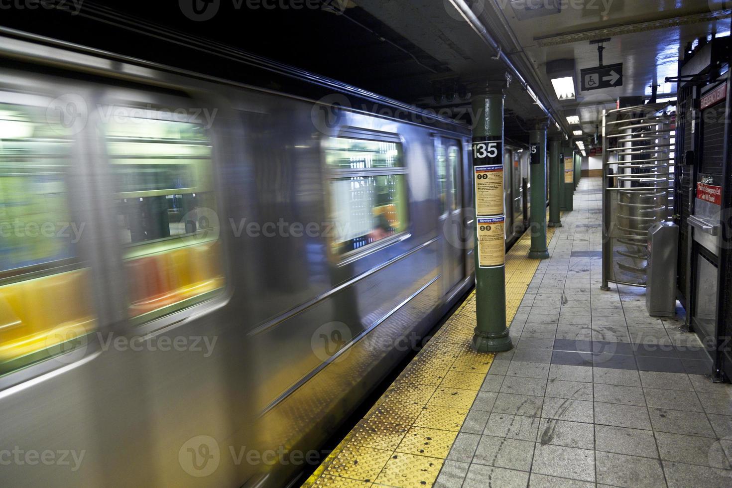 il treno arriva nella stazione della metropolitana foto