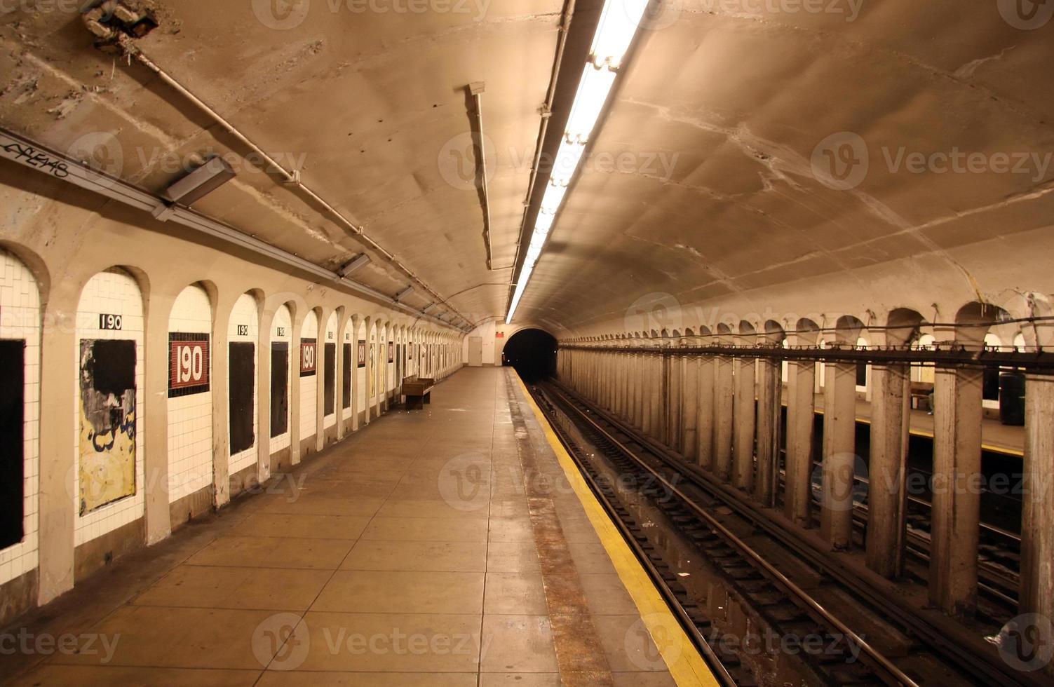 piattaforma della stazione della metropolitana foto