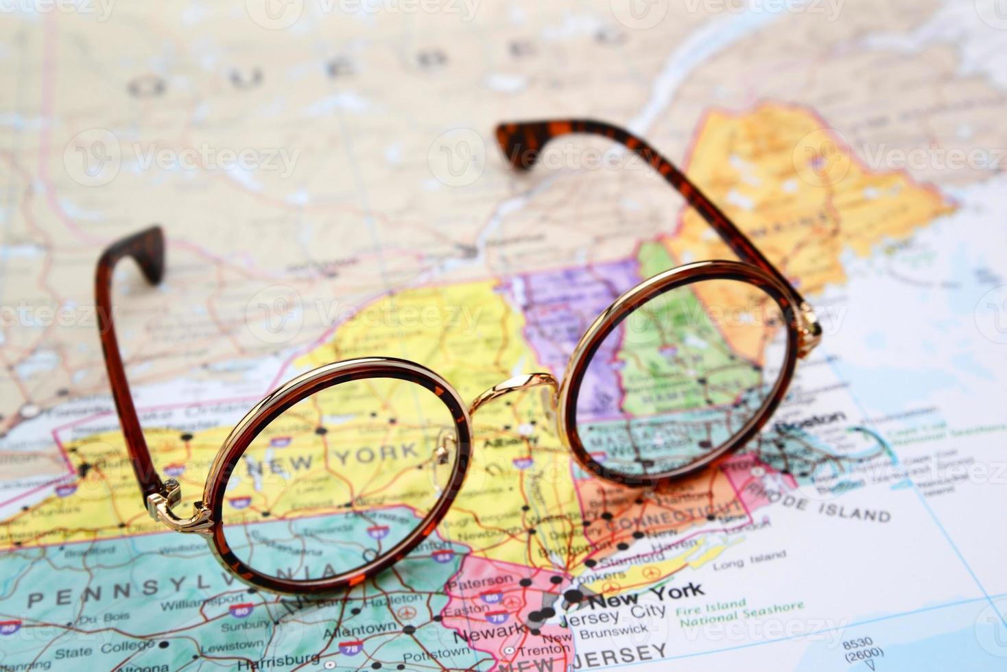 occhiali su una mappa degli Stati Uniti - New York foto