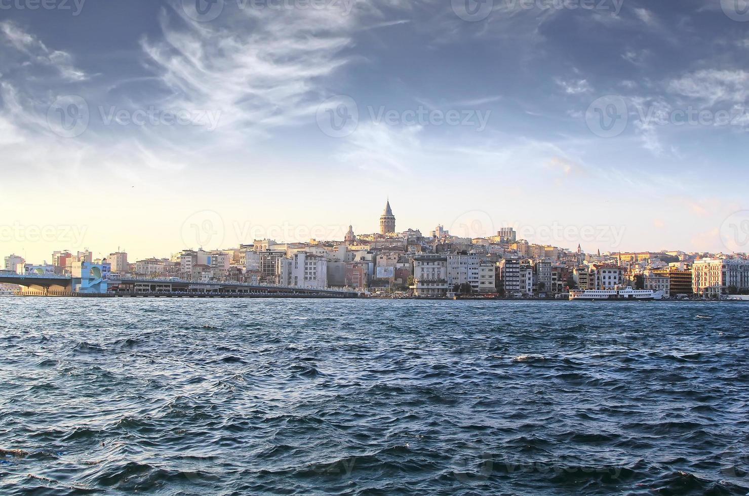 Bosforo con una vecchia città su uno sfondo, istambul foto