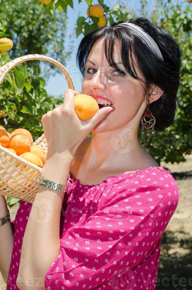 frutta allegra raccolta bruna foto