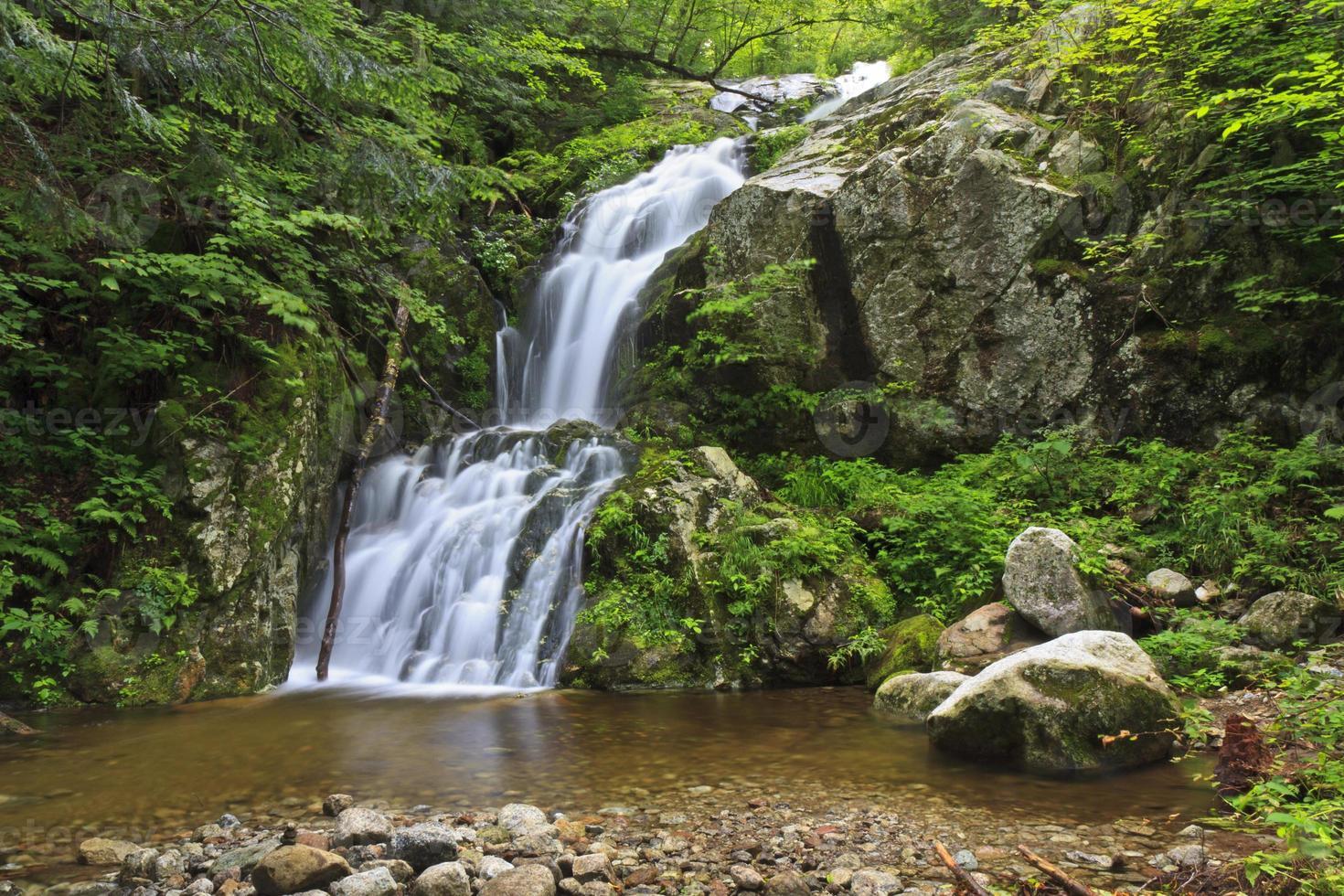 cuneo ruscello cascata e piscina rocciosa foto