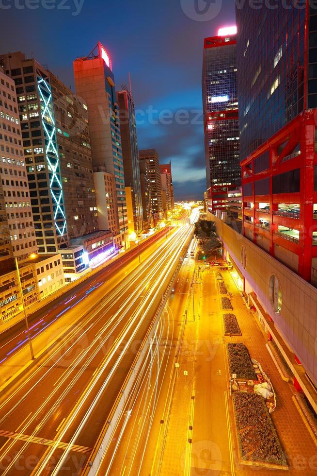 gallerie stradali sentieri di luce su moderni edifici della città di Hong Kong foto