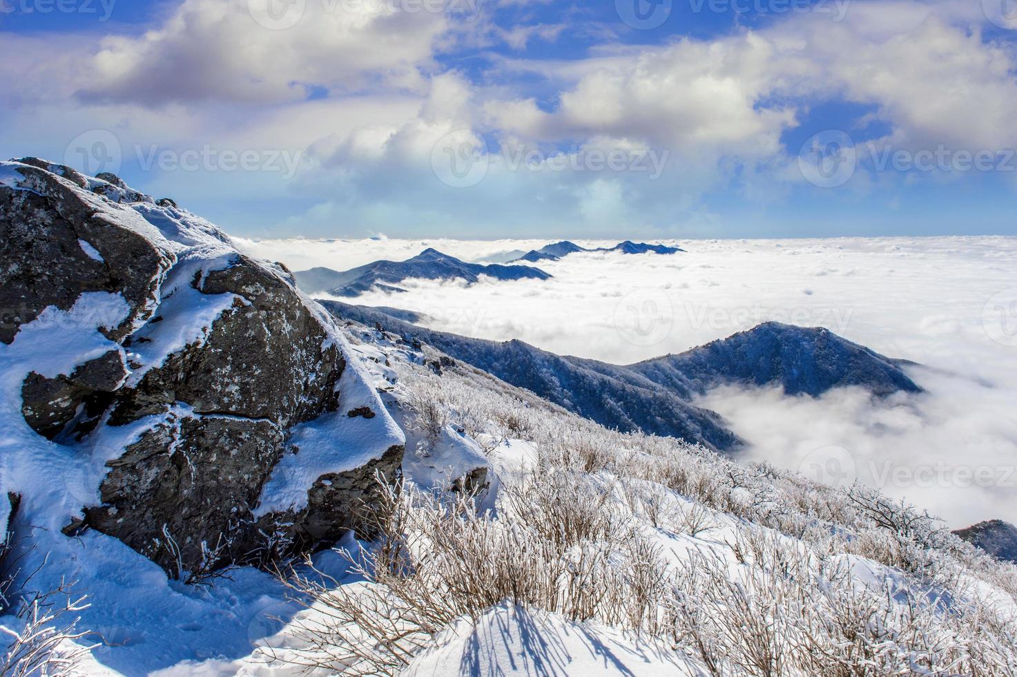 le montagne di Seoraksan sono coperte dalla nebbia mattutina in inverno, Corea. foto