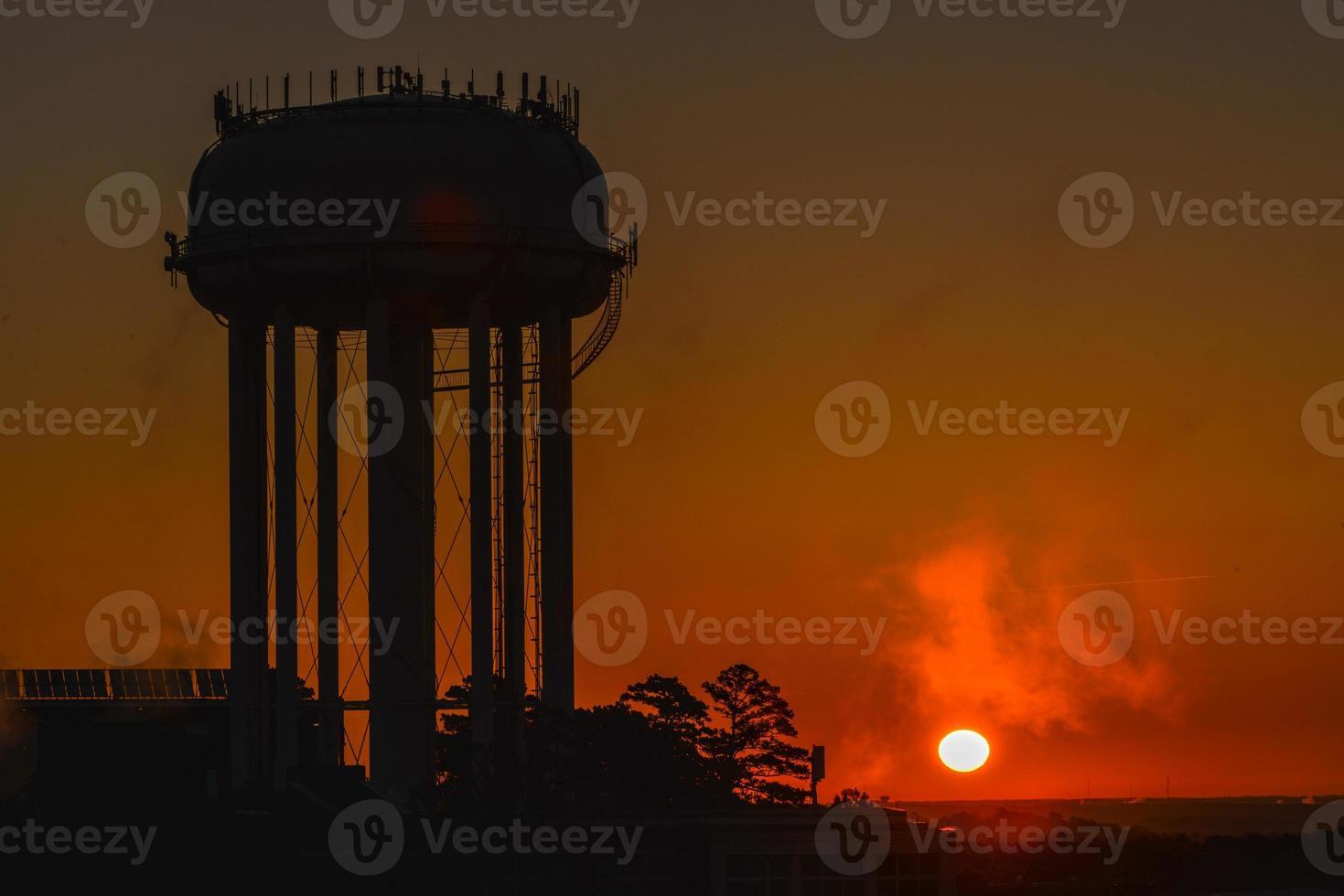 silhouete della torre di acqua ad alba foto
