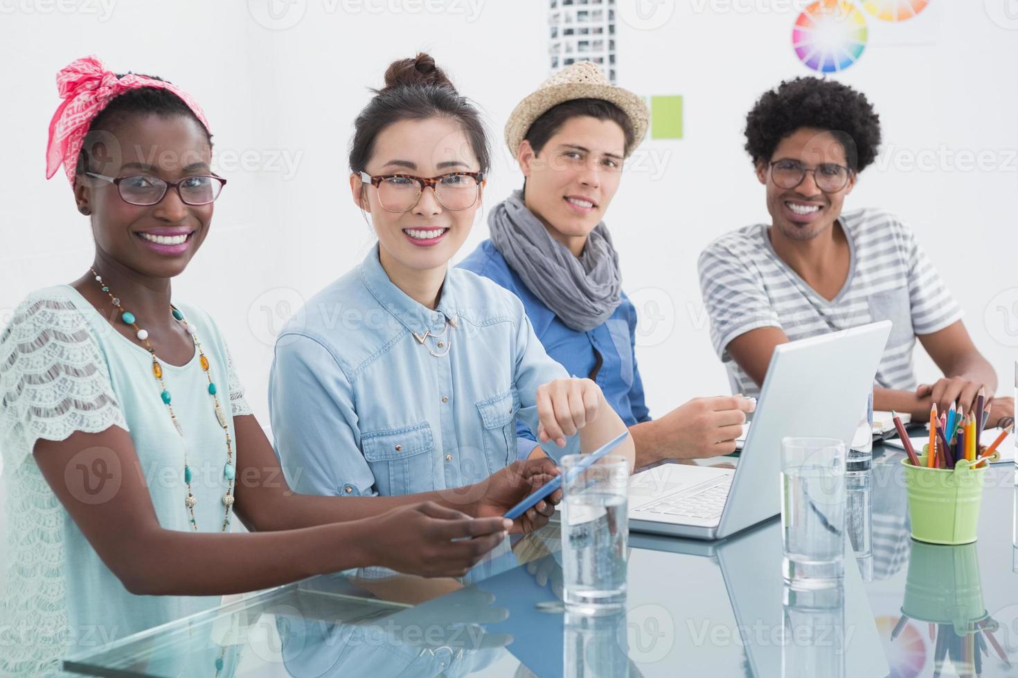 giovane team creativo che ha una riunione foto