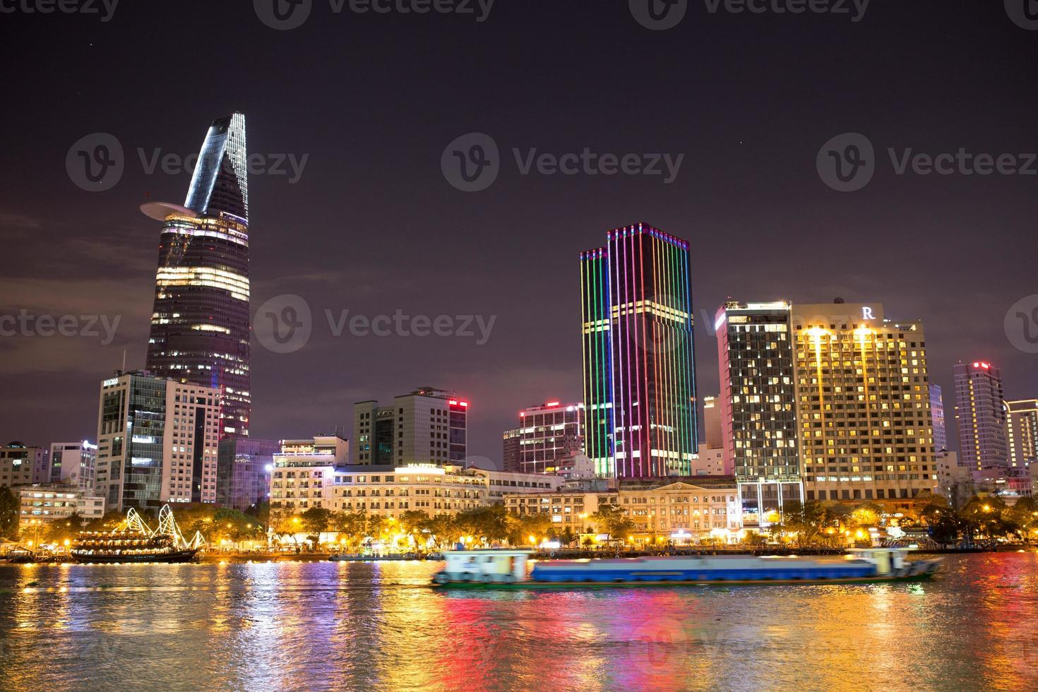 vista notturna della città di ho chi minh foto