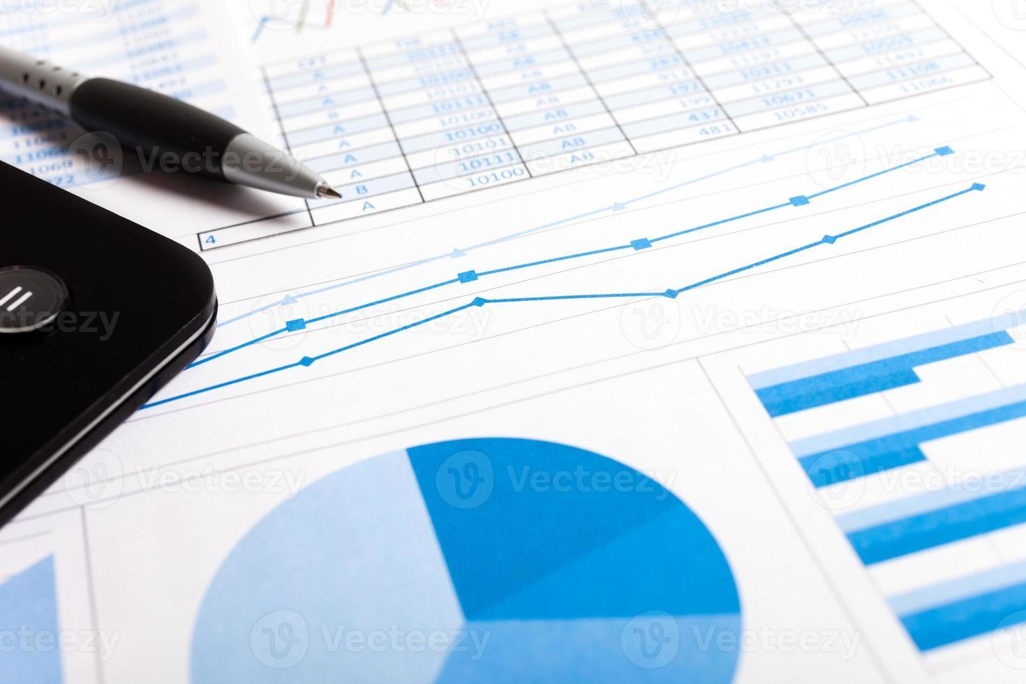 penna, calcolatrice e documenti finanziari foto