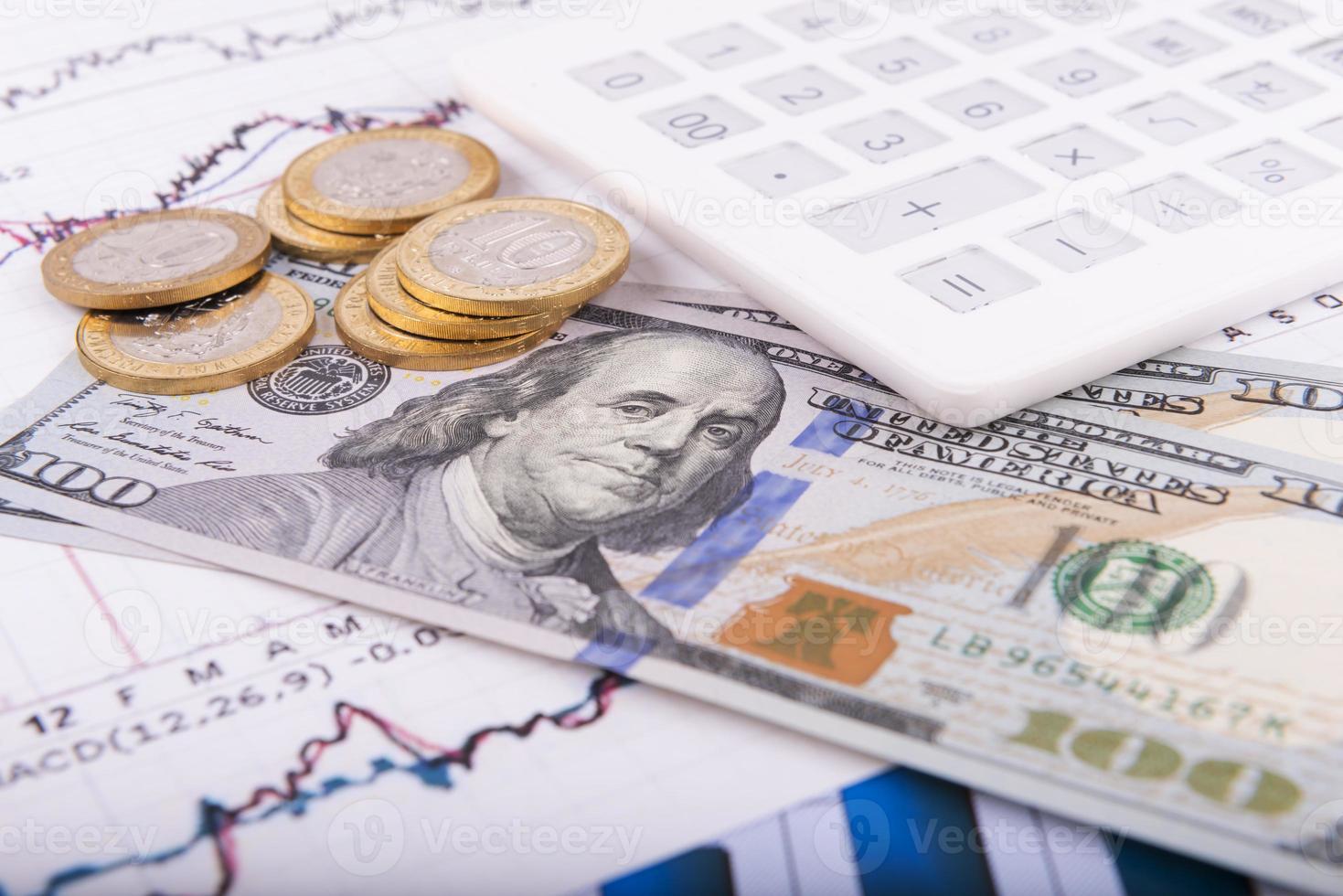 concetto di business con calcolatrice, occhiali, soldi e documenti foto