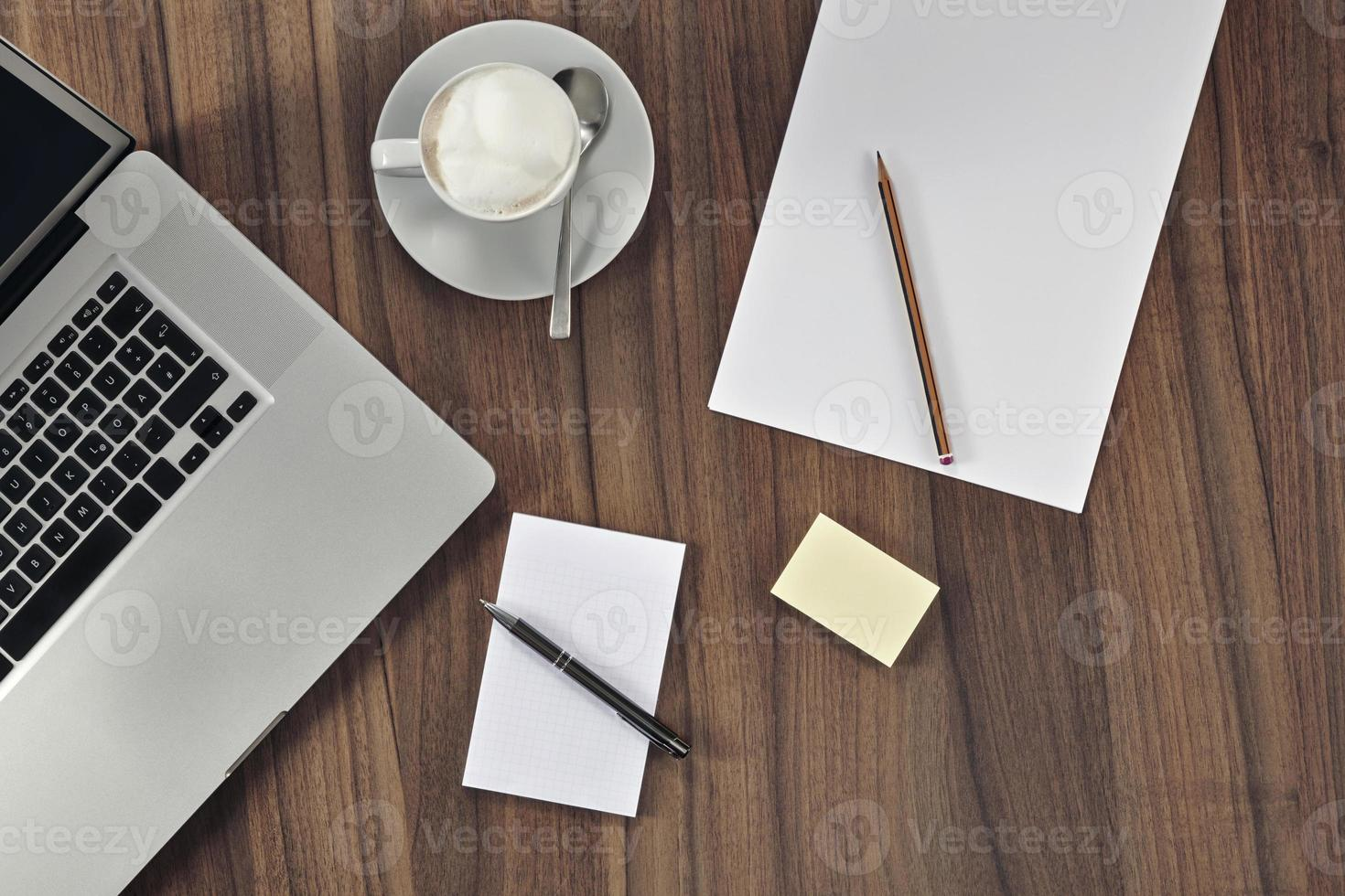 scrivania con documenti foto