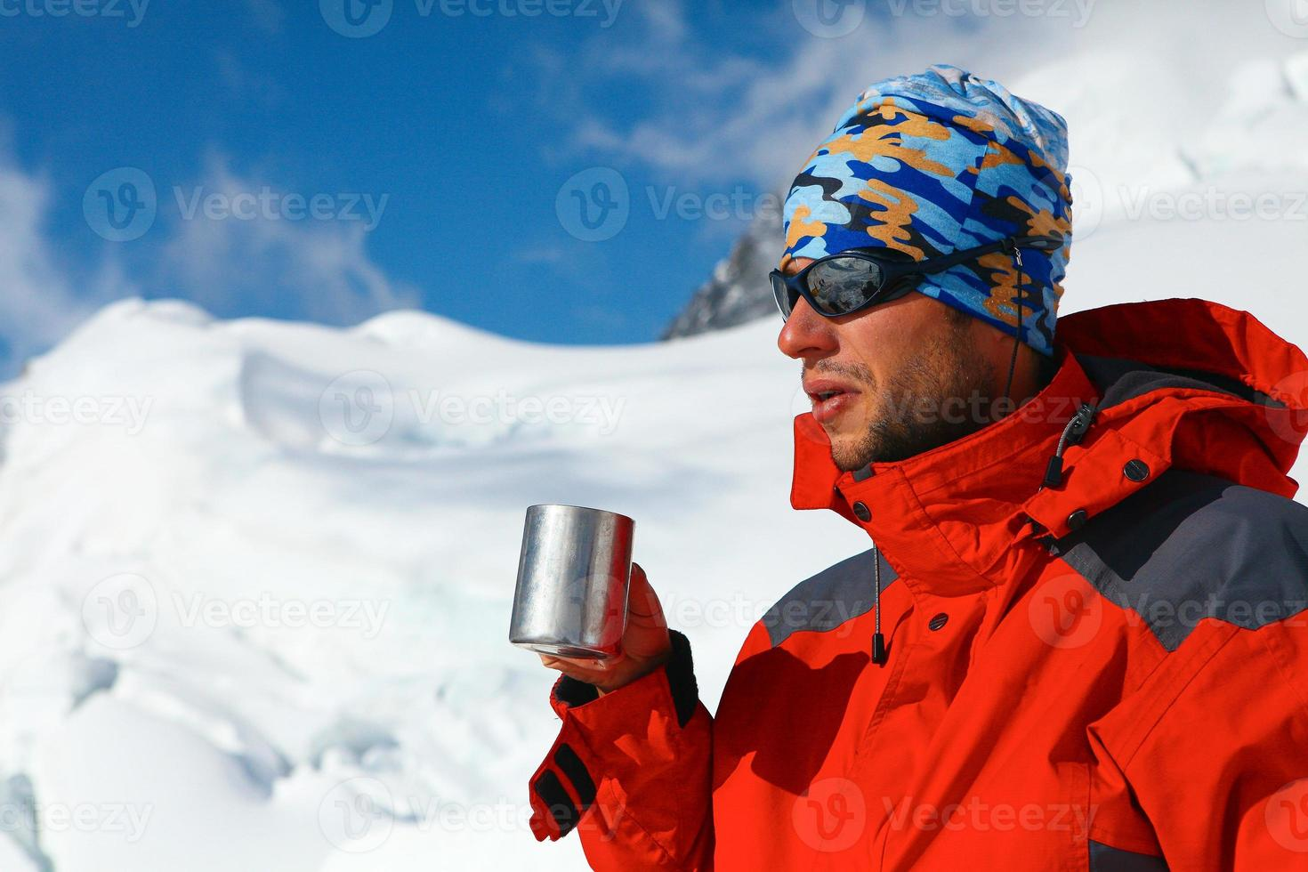escursionista bere caffè o tè foto