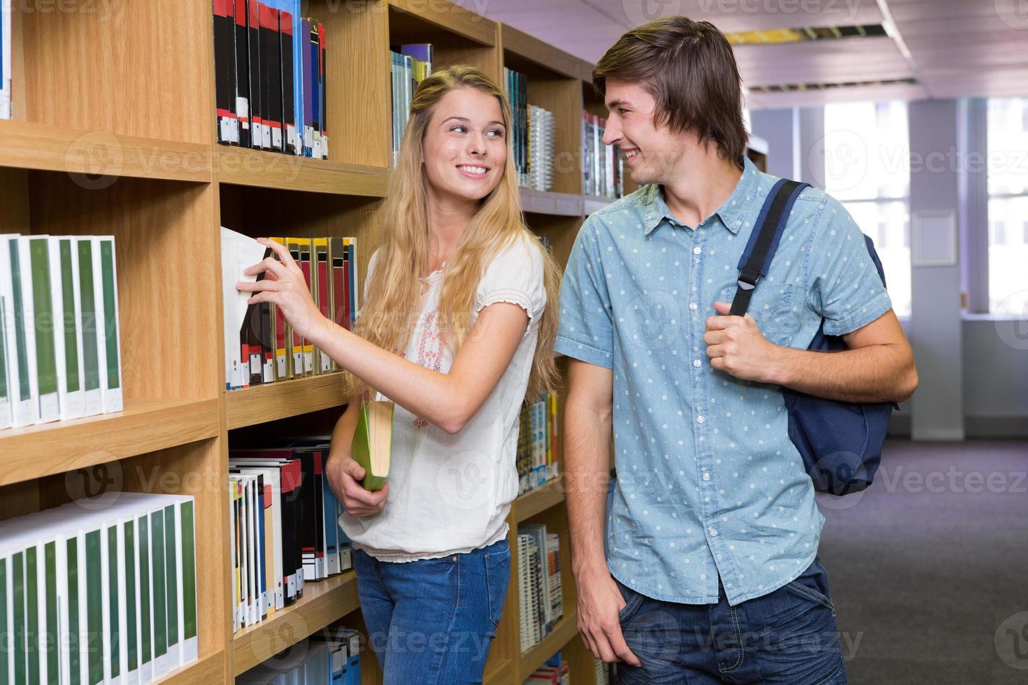 studenti che discutono in biblioteca foto