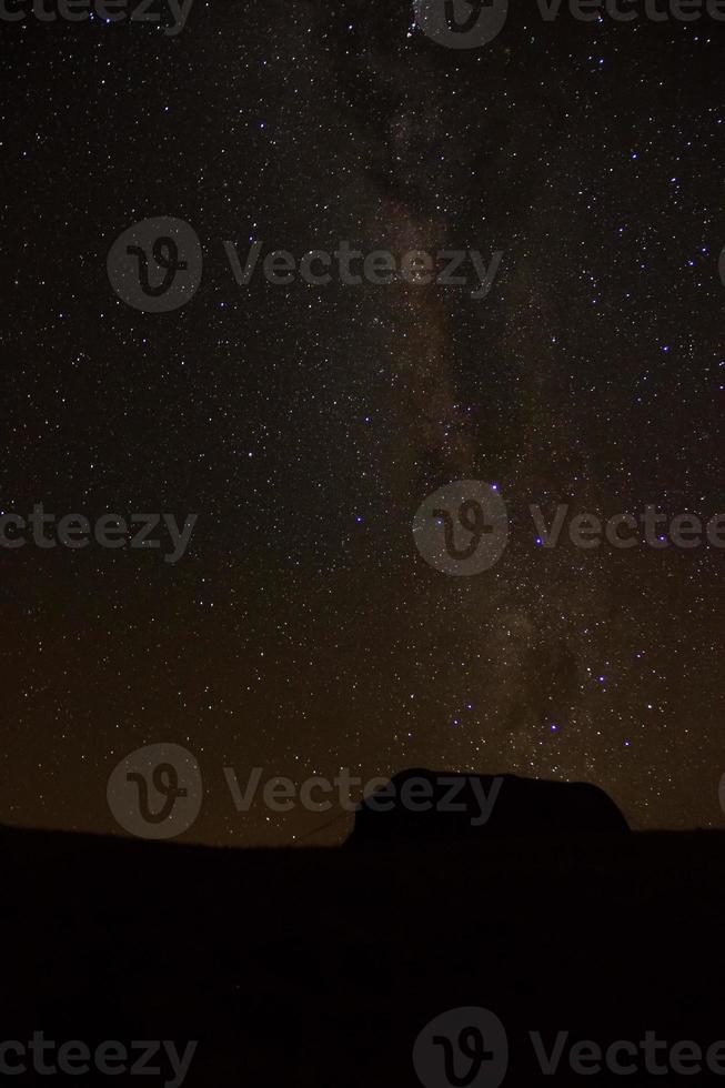 sagoma tenda sotto il cielo stellato foto