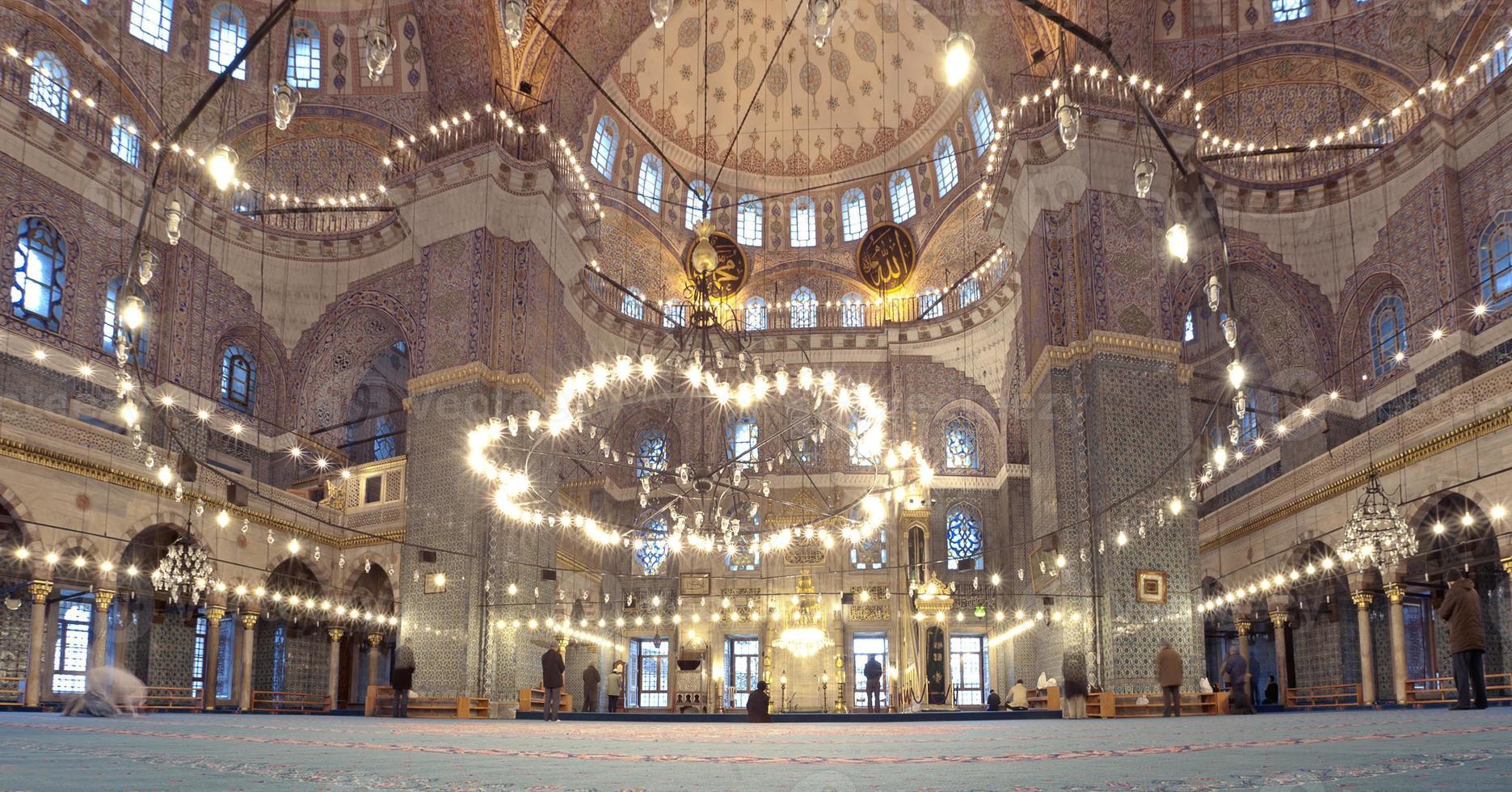 grande moschea e musulmani che pregano. foto