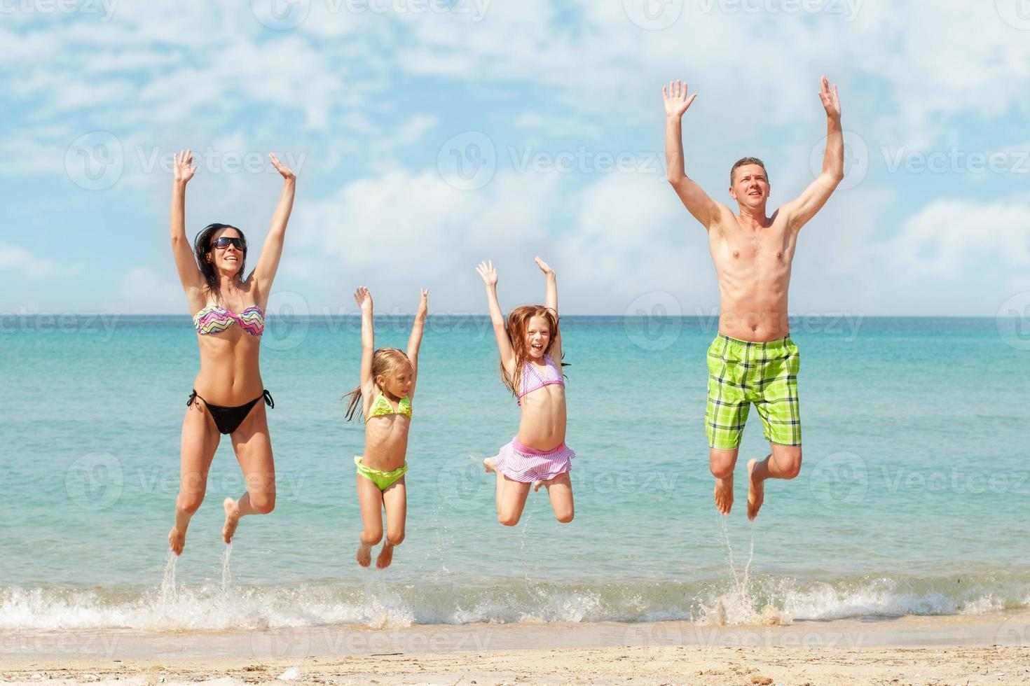 famiglia in spiaggia foto