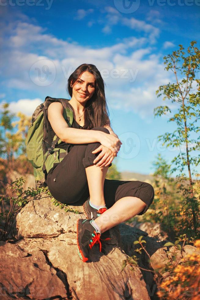 ragazza che fa un'escursione nella bella montagna foto