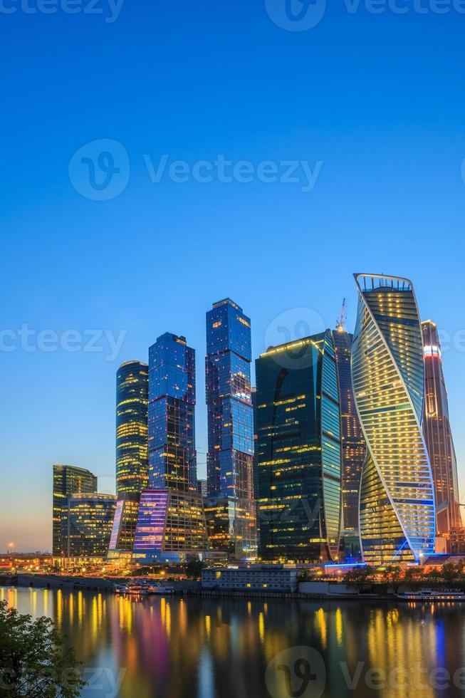 edifici del complesso della città di Mosca dei grattacieli alla sera, Russia foto