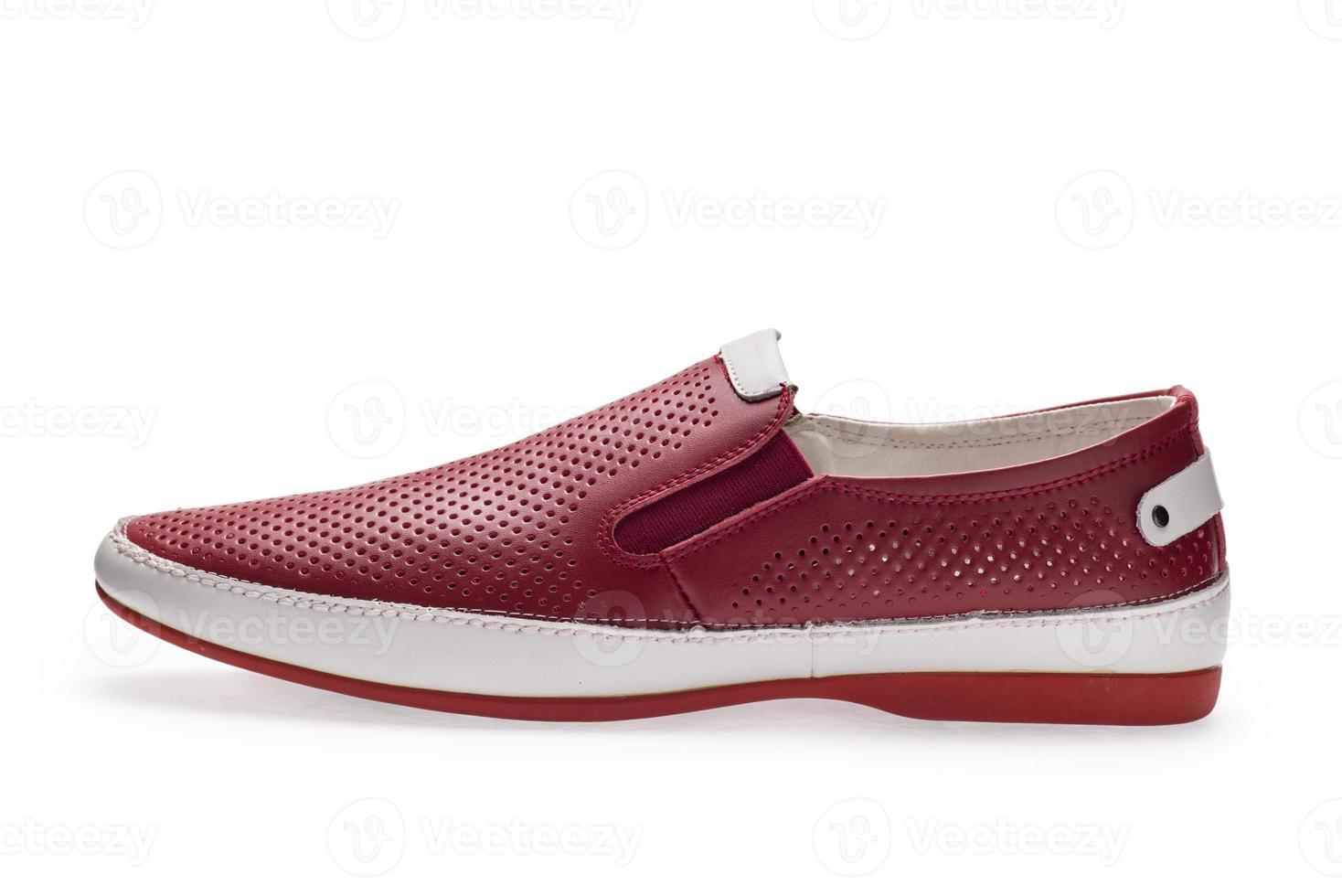 una scarpa da uomo rosso-bianca senza lacci delle scarpe foto
