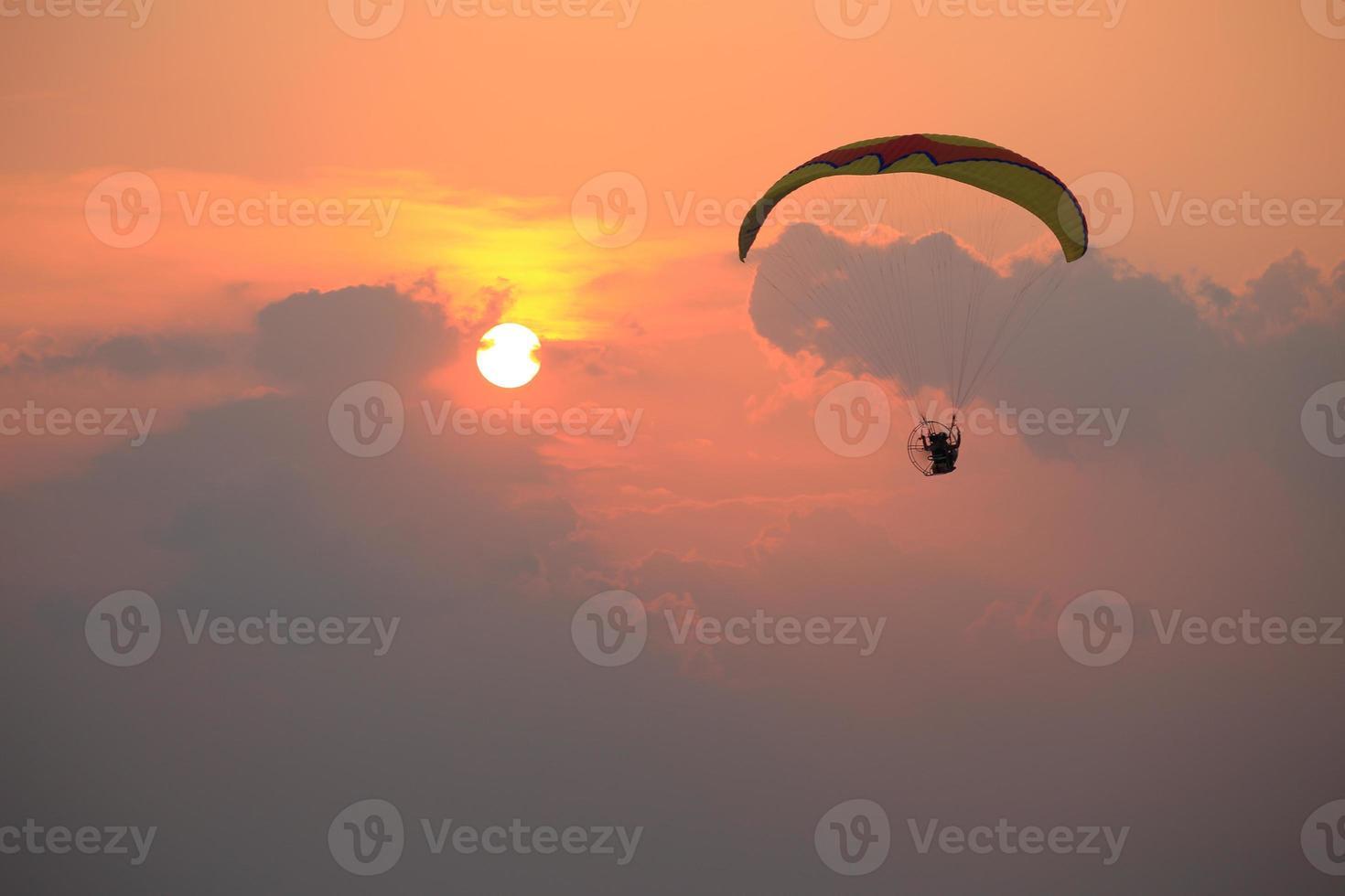 paramotore e tramonto foto