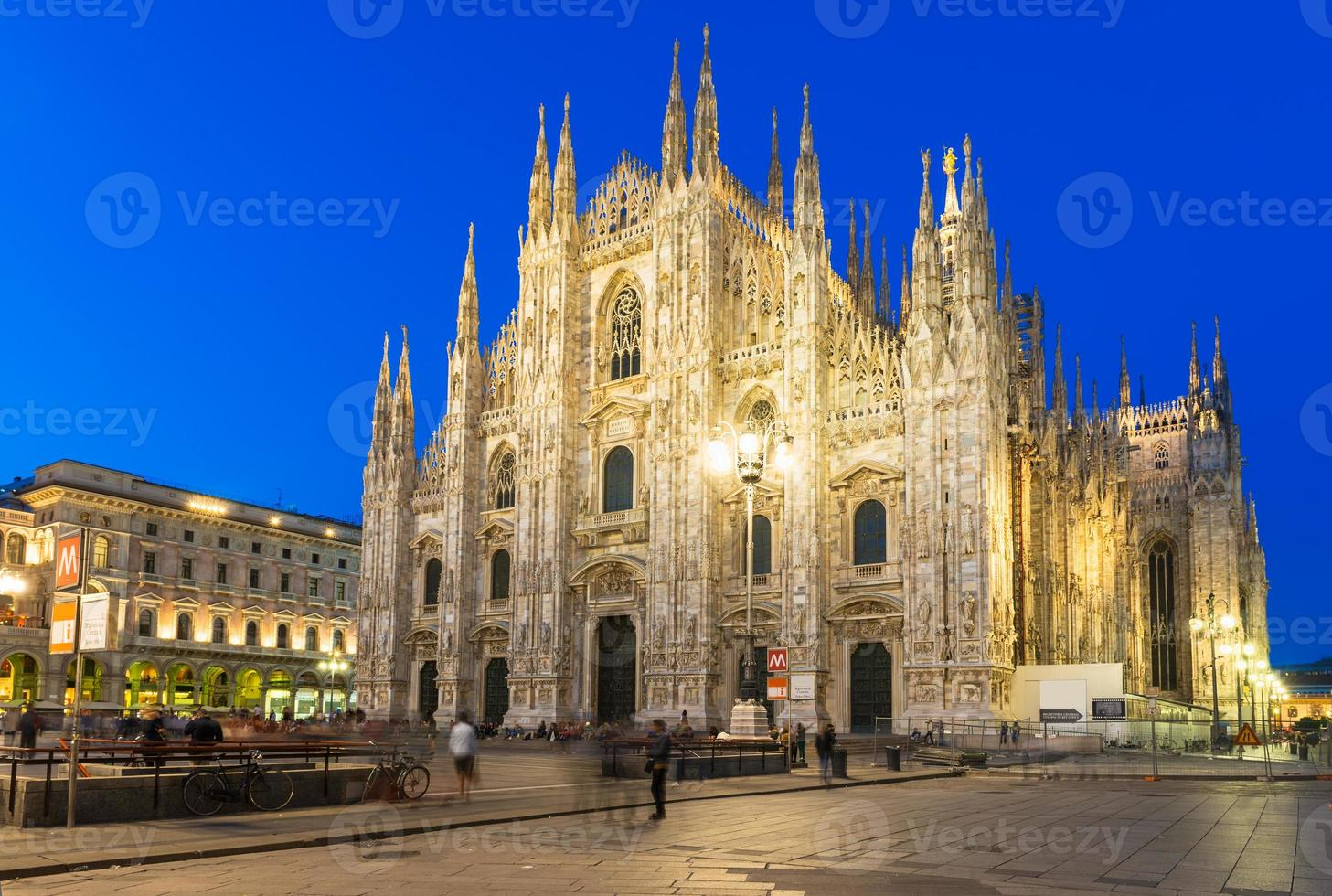 vista notturna della cattedrale di milano (duomo di milano) a milano foto