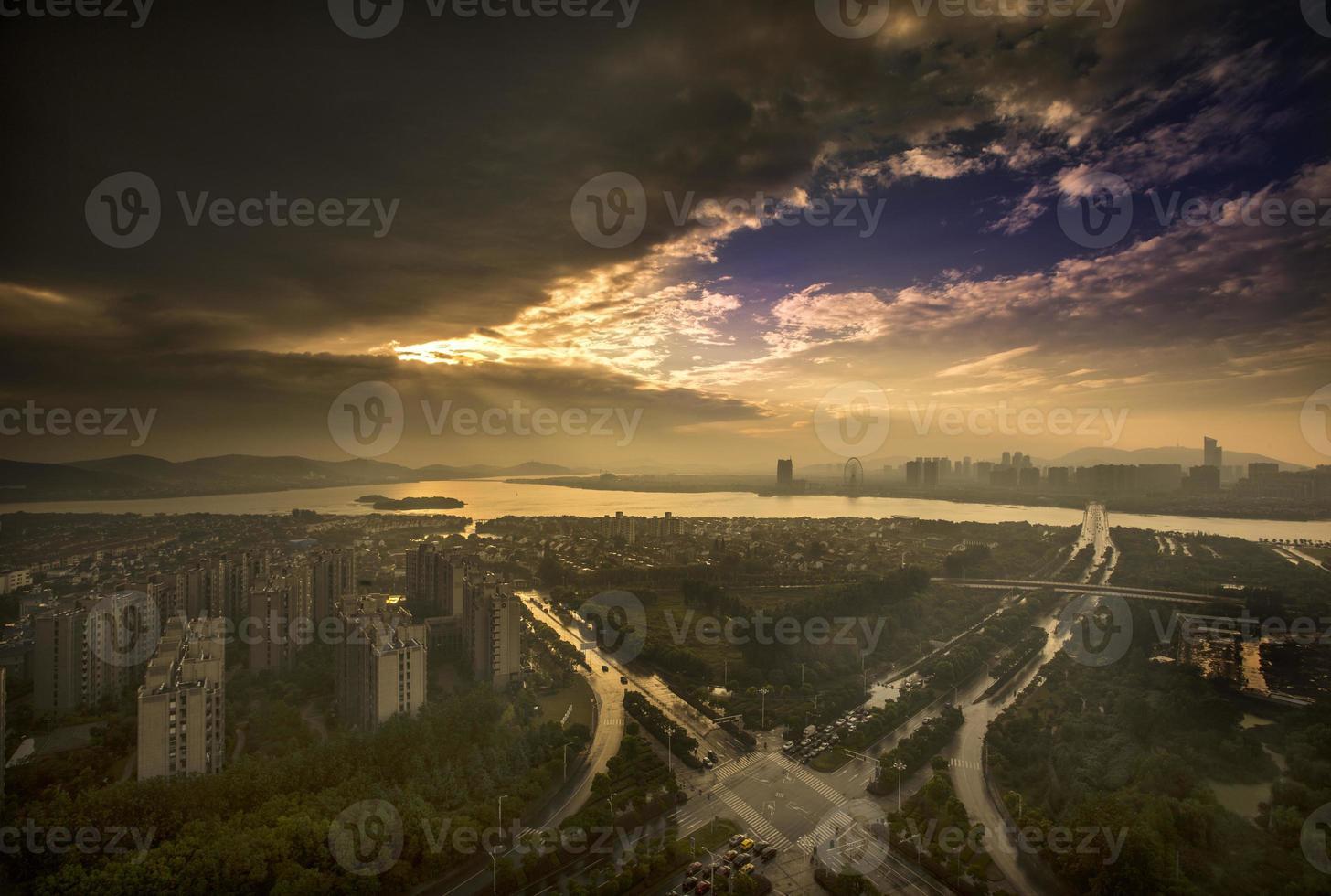 skyline di wuxi dopo la tempesta estiva foto