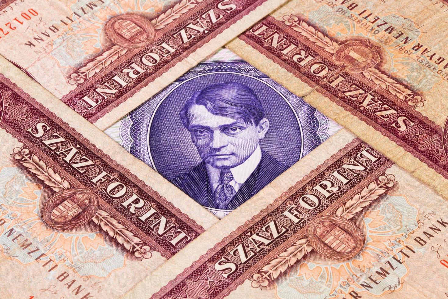 diverse banconote ungheresi dal tavolo foto