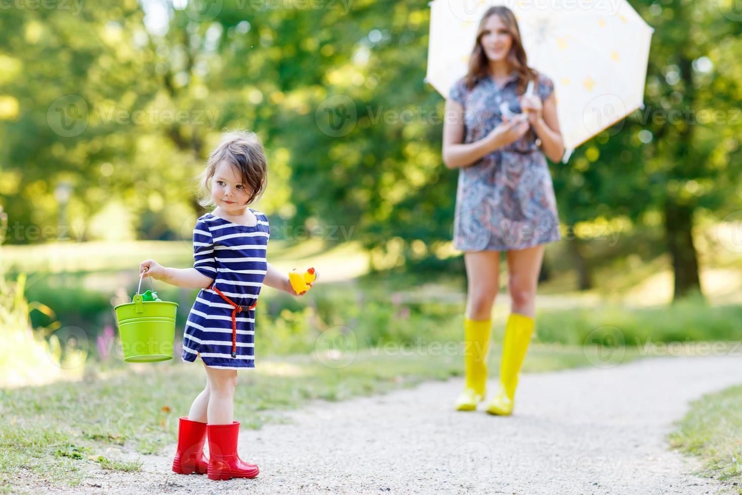 madre e figlia adorabile bambina bambino in stivali da pioggia foto