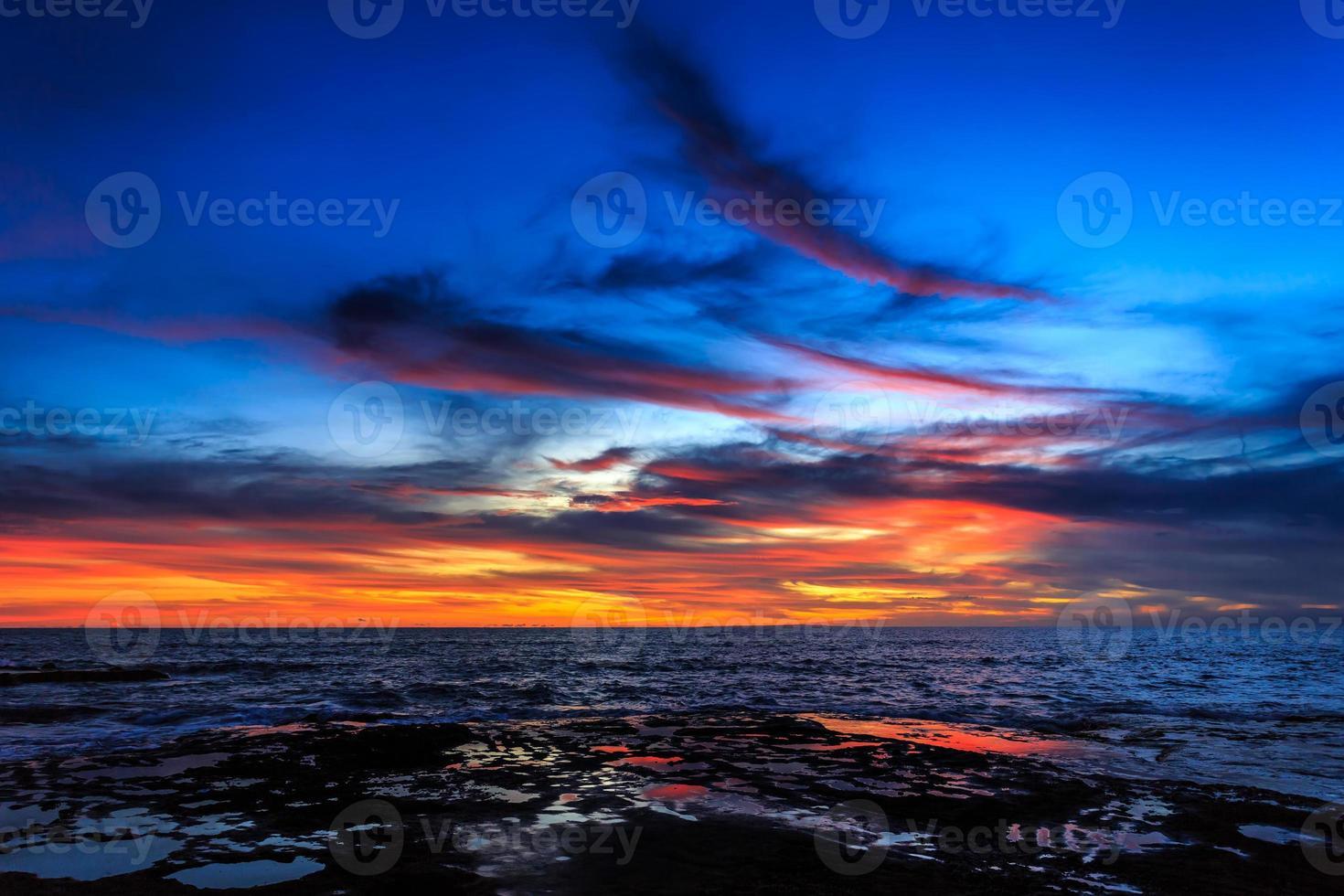 drammatico tramonto a bali foto