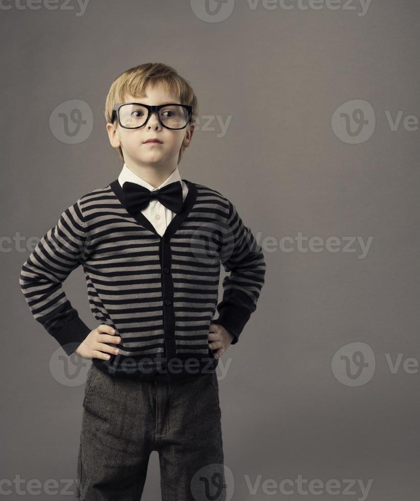 ragazzo con gli occhiali, ritratto di bambino piccolo, abbigliamento casual intelligente per bambini foto