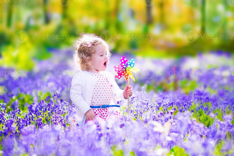 bambina in una foresta di primavera foto